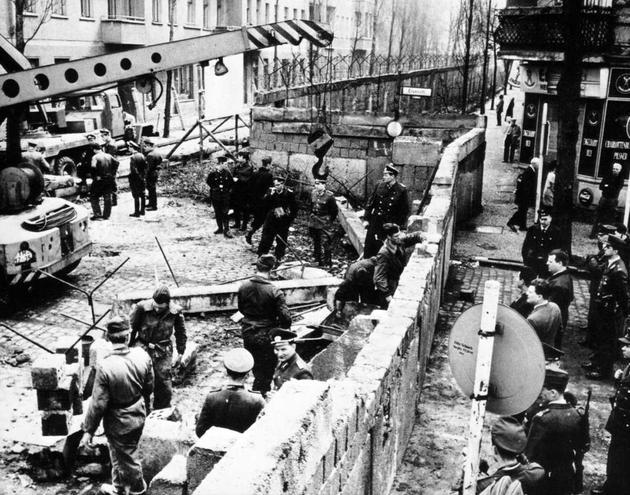 berlin wall going up